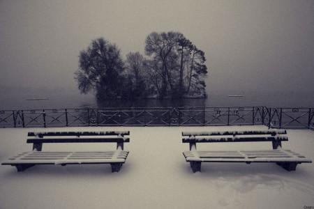 Neige, brouillard et calme sur le lac d'Annecy