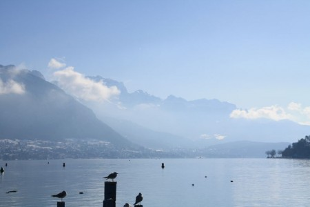 Ciel bleu sur le lac en hiver