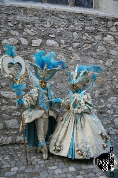 couple en costume à Annecy