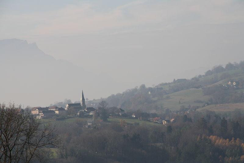 À l'entrée des Bauges, villages sur fond de brume