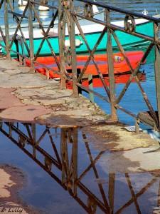 reflets de barrières dans une flaque d'eau