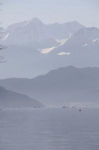 barques de pêcheurs et montagnes au printemps